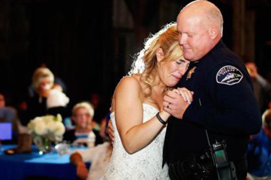 Kristen Mundell se redujo hasta las lágrimas cuando cuatro agentes de policía la sorprendieron durante su baile de padre e hija en la recepción de la boda. (Foto: Dailymail
