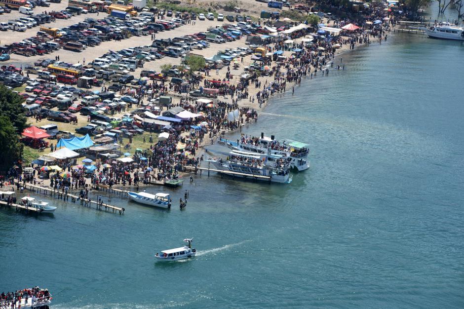 En Panajachel, Sololá, las personas aprovecharon para nadar en el Lago de Atitlán o hacer un recorrido en lancha. (Foto: Esteban Biba/Soy502)