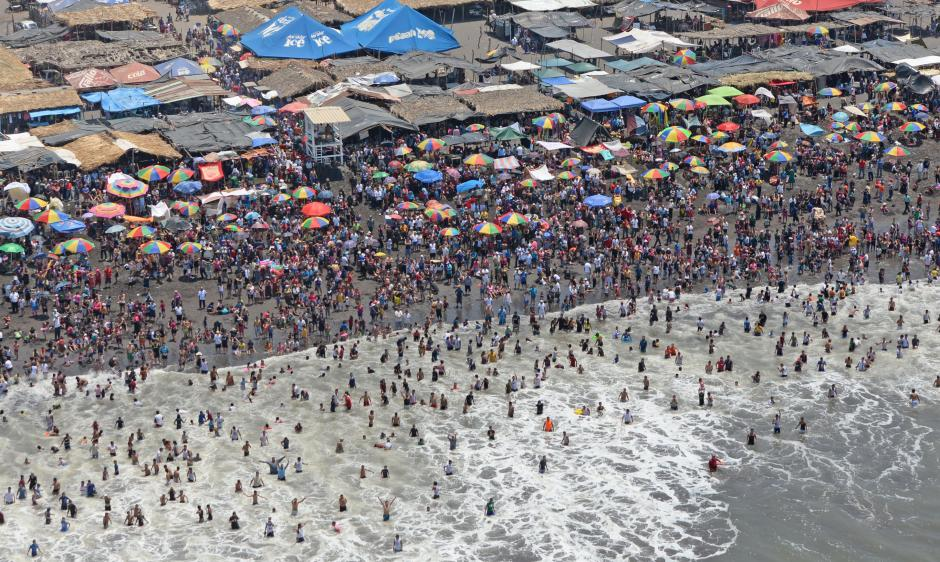 Desde el aire se puede apreciar a miles de vacacionistas en las playas, en Champerico. (Foto: Esteban Biba/Soy502)
