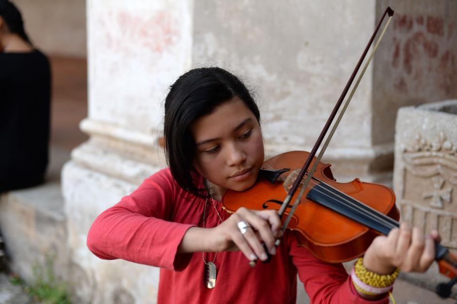 Muchos de los y las alumnas de Sonidos Para la Vida son jóvenes en riesgo, que encuentran en la música una motivación que los aleja de los peligros de las calles. (Foto: Esteban Biba/Soy502)