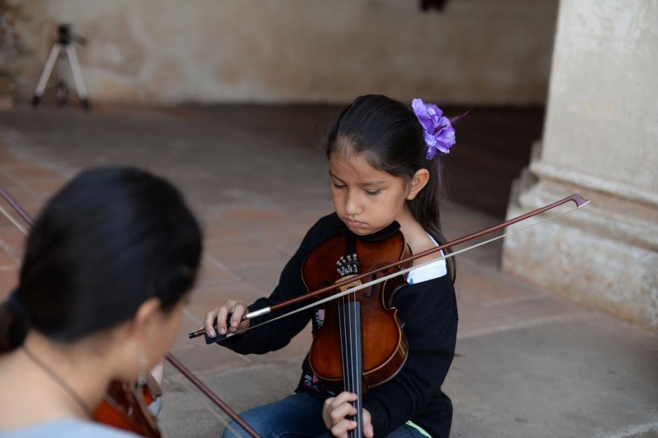 Durante la semana hombres y mujeres de todas las edades practican en el Convento La Merced, en Antigua. (Foto: Esteban Biba/Soy502)