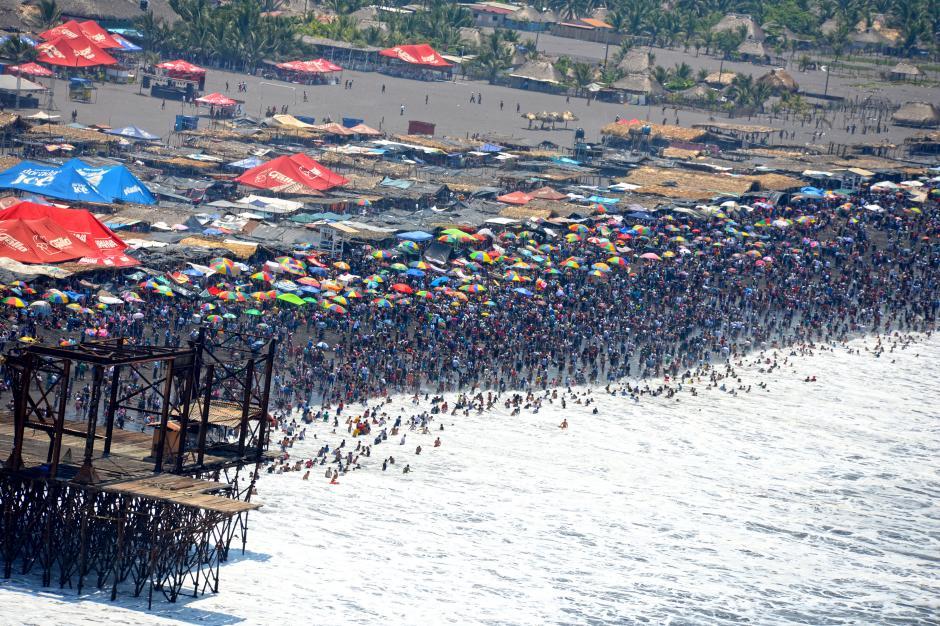 Un arco iris de sombrillas y toallas se observaban en el Puerto de San José. (Foto: Esteban Biba/Soy502)