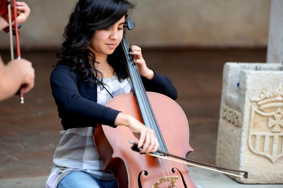 Los directores del proyecto enseñanan música clásica, marimba, y su ideal es que cualquier tipo de música puede salvar a un joven en riesgo si se siente identificado. (Foto: Esteban Biba/Soy502)