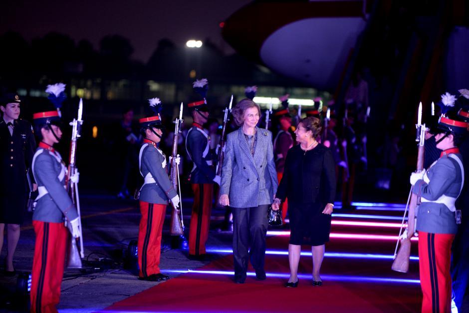 La Reina Sofía, de España, fue recibida por la Primera Dama, Rosa de Pérez. (Foto: Esteban Biba/ Soy502)