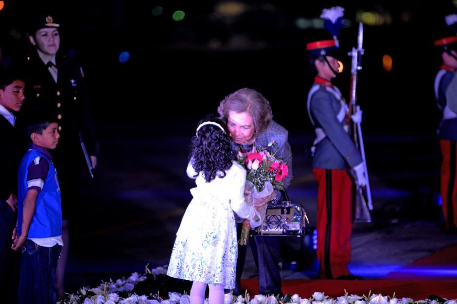 Una niña entregó flores a la Reina Sofía, de España, a su arribo al país para una visita de cinco días. (Foto: Esteban Biba/Soy502)