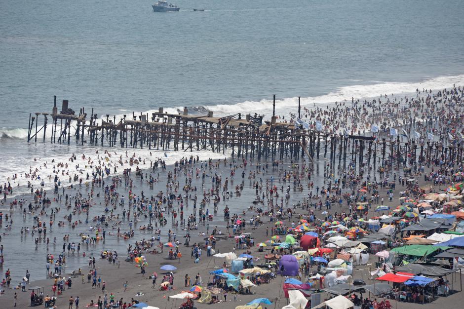 La playa pública del Puerto San José es uno de los lugares favoritos de los guatemaltecos para pasar la Semana Santa. (Foto: Esteban Biba/Soy502)