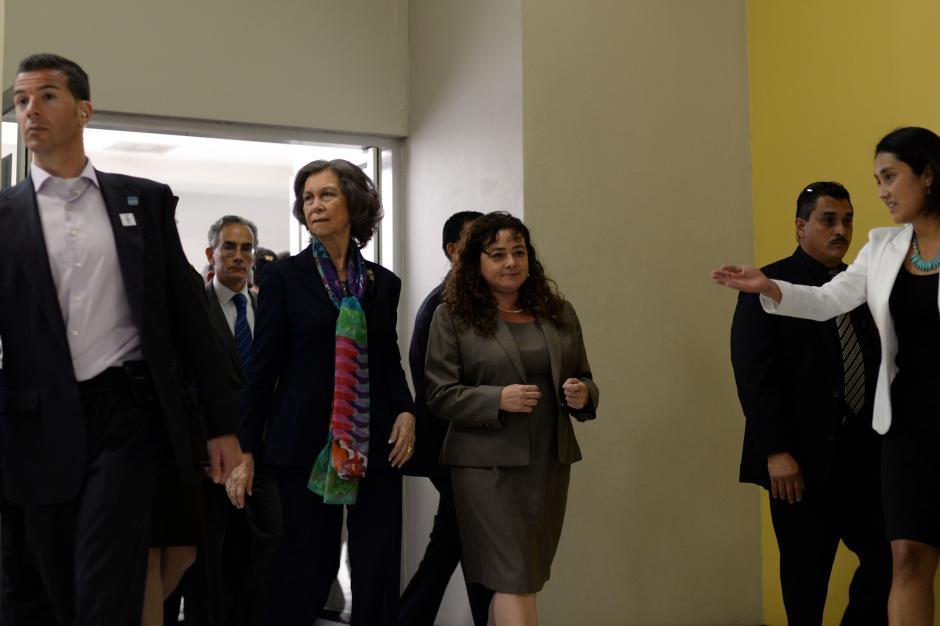 La Reina Sofía visitó las instalaciones del Ministerio Público junto a Claudia Paz y Paz (Foto: Esteban Biba/Soy502)