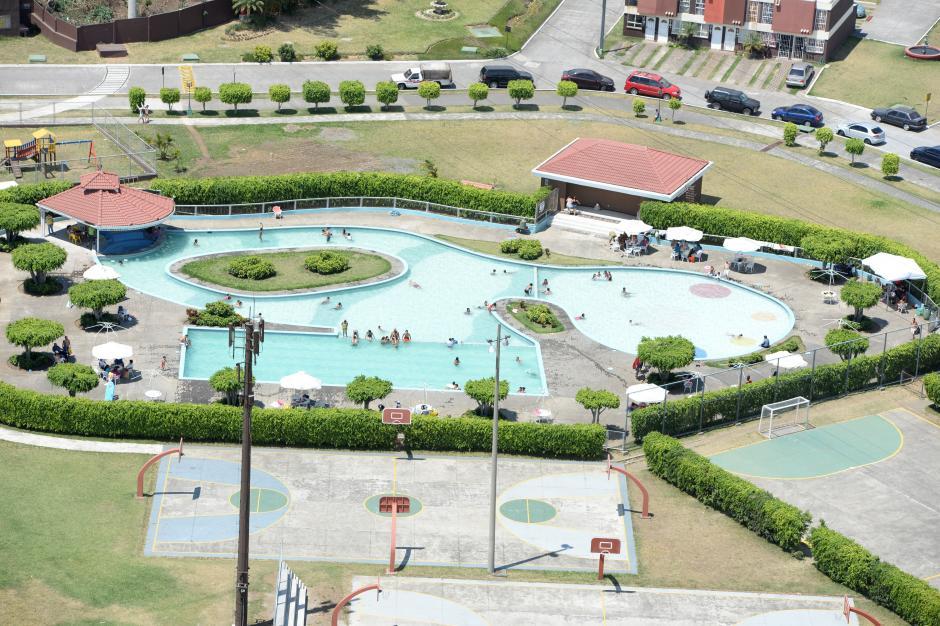 Los guatemaltecos aprovecharon el calor del verano en las piscinas. (Foto: Esteban Biba/Soy502)
