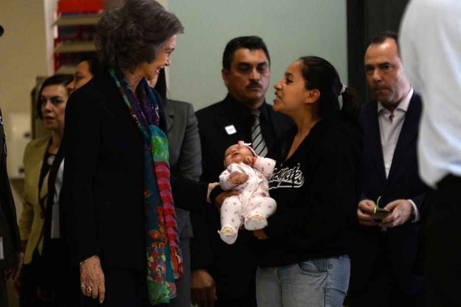 La Reina visitó el área de denuncias del MP donde conversó con una mujer que se encontraba denunciando hechos de violencia. (Foto: Esteban Biba/Soy502)