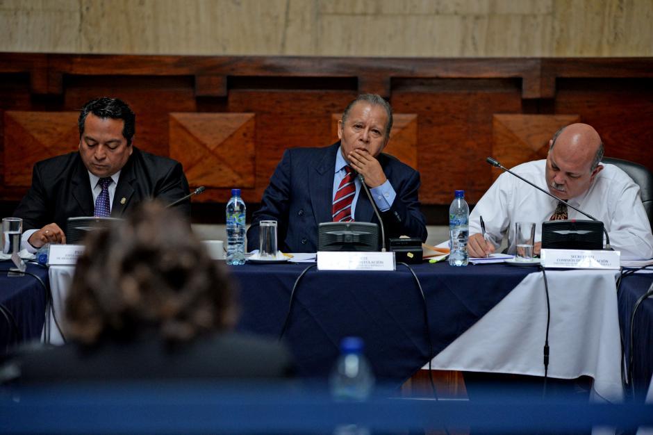 Los miembros de la comisión realizan preguntas tras la exposición de los aspirantes. (Foto: Esteban Biba/Soy502)