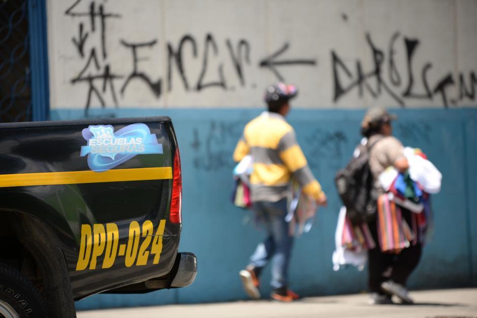 Patrullas de Escuelas Seguras se mantuvieron en la entrada de las intalaciones. (Foto: Esteban Biba/Soy502)
