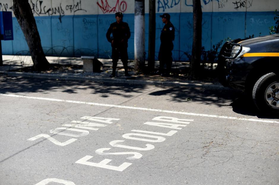 Las alumnas del INCA regresaron a clases regulares con presencia policíal en los alrededores. (Foto: Esteban Biba/Soy502)