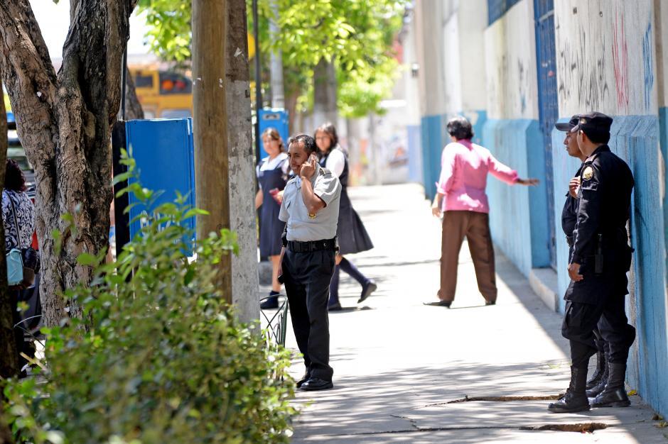 Policías resguardan a las alumnas. (Foto: Esteban Biba/Soy502)
