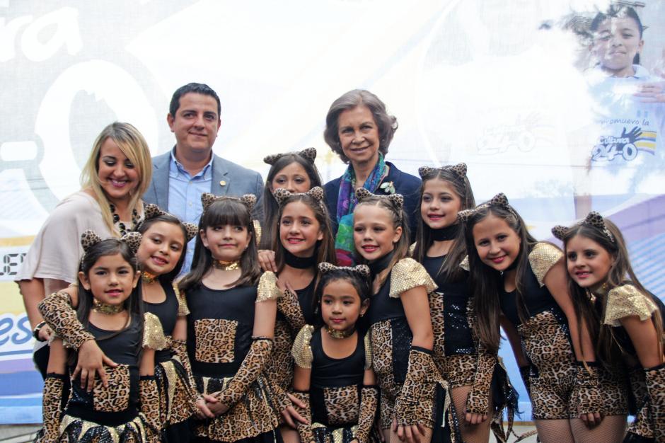 Entre las actividades un grupo de niñas realizaron una coreografía, disfrazadas de gatos, para la Reina Sofía. La actividad fue organizada por el viceministro de prevención del Ministerio de Gobernación, Arkel Benítez. (Foto: Esteban Biba/Soy502)