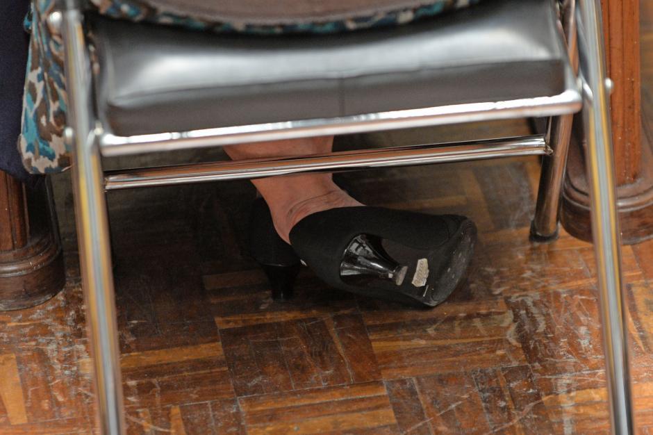 La fiscal general del Ministerio Público, Claudia Paz y Paz, fue entrevistada hoy por la Comisión de Postulación, en busca de su reelección. Para dicha entrevista compró zapatos nuevos para causar una buena impresión, pero olvidó quitar el precio que indica que el costo de sus zapatos fue de Q398.00. (Foto: Esteban Biba/Soy502)