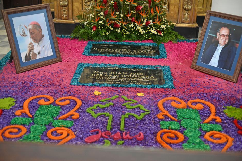 El colegio San Pablo elaboró un arte con serrín alrededor de la placa con su nombre. (Foto: Esteban BIba/Soy502)