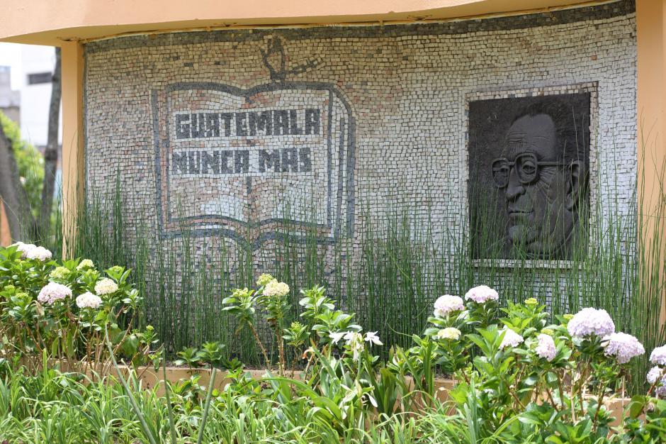 En el parque San Sebastían se construyó un monumento en memoria del Monseñor. (Foto: Esteban Biba/Soy502)