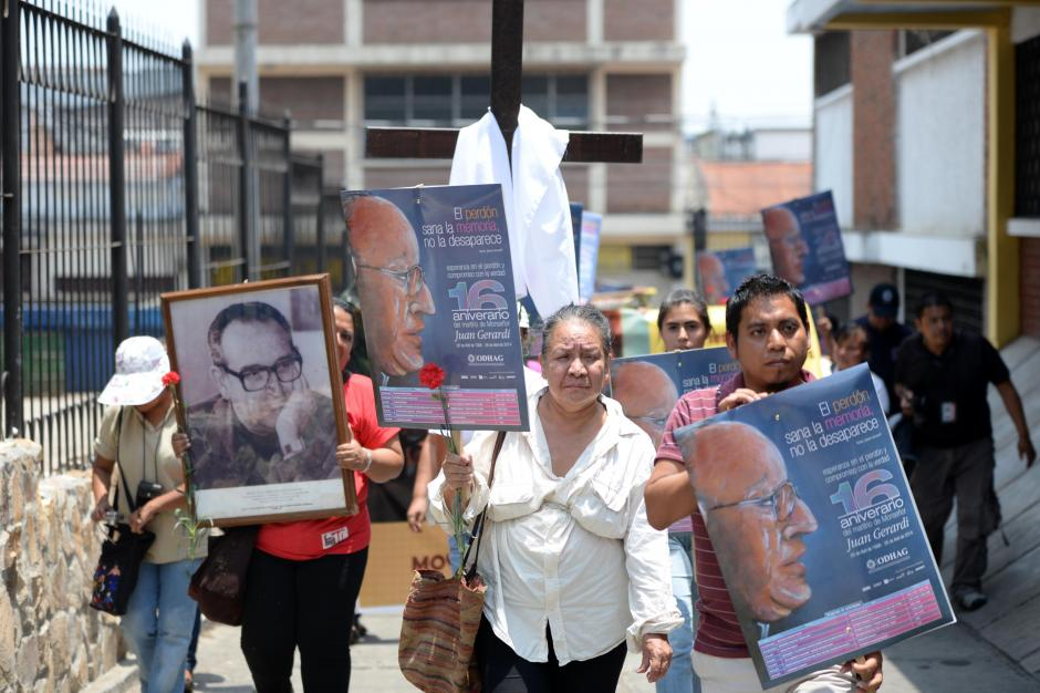 Varias personas participaron en una caminata en cercanías de la Catedral Metropolitana y la iglesia San Sebastián. (Foto:Esteban Biba/Soy502)
