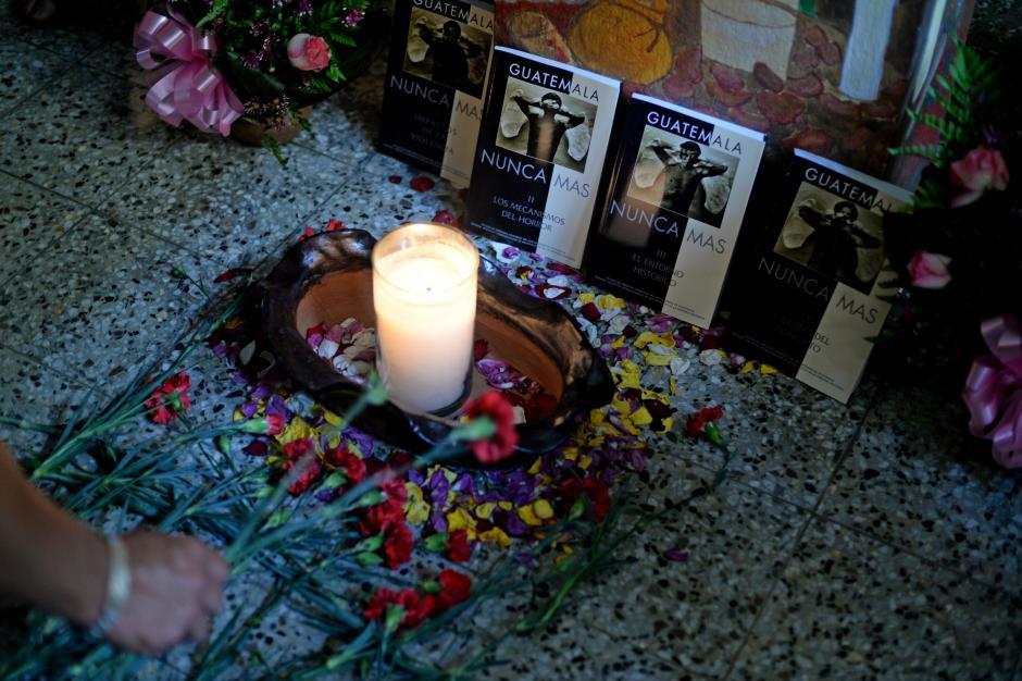 La muerte de Monseñor Juan José Gerardi ocurrió en la casa parroquial de la iglesia de San Sebastián, donde fueron colocadas ofrendas. (Foto:Esteban Biba)