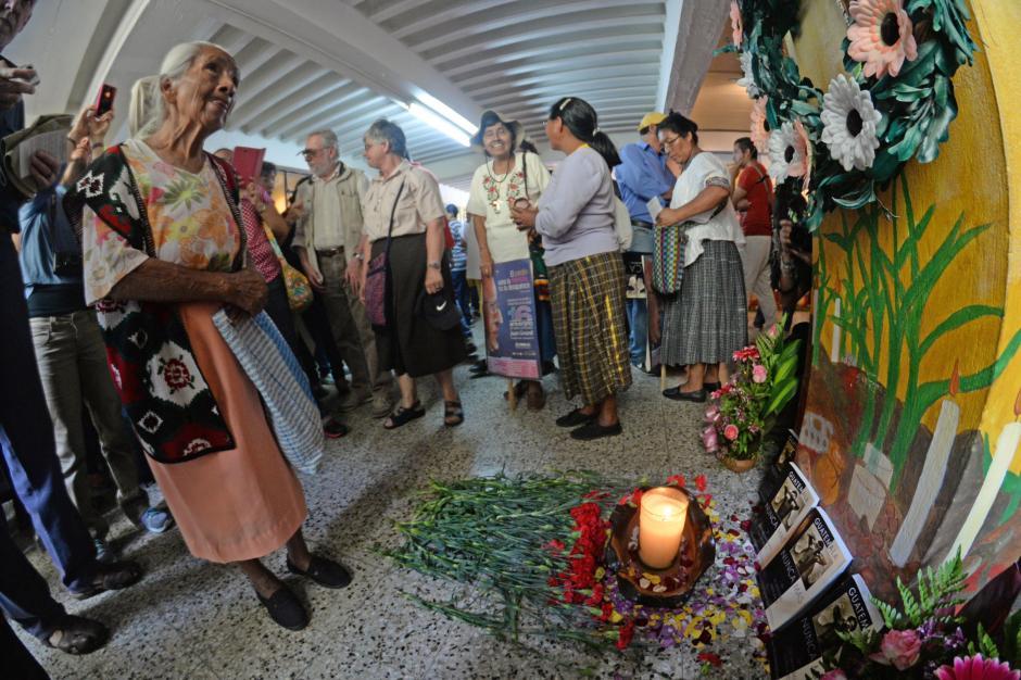 Decenas de personas visitaron la tumba donde descansan los restos de Juan José Gerardi, asesinado hace 16 años. (Foto:Esteban Biba/Soy502)