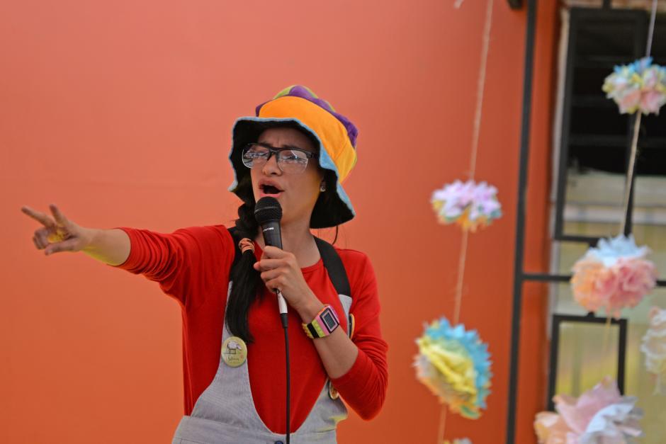 Los niños y niñas de la fundación fueron entretenidos por dos cuenta cuentos. (Foto: Esteban Biba/Soy502)