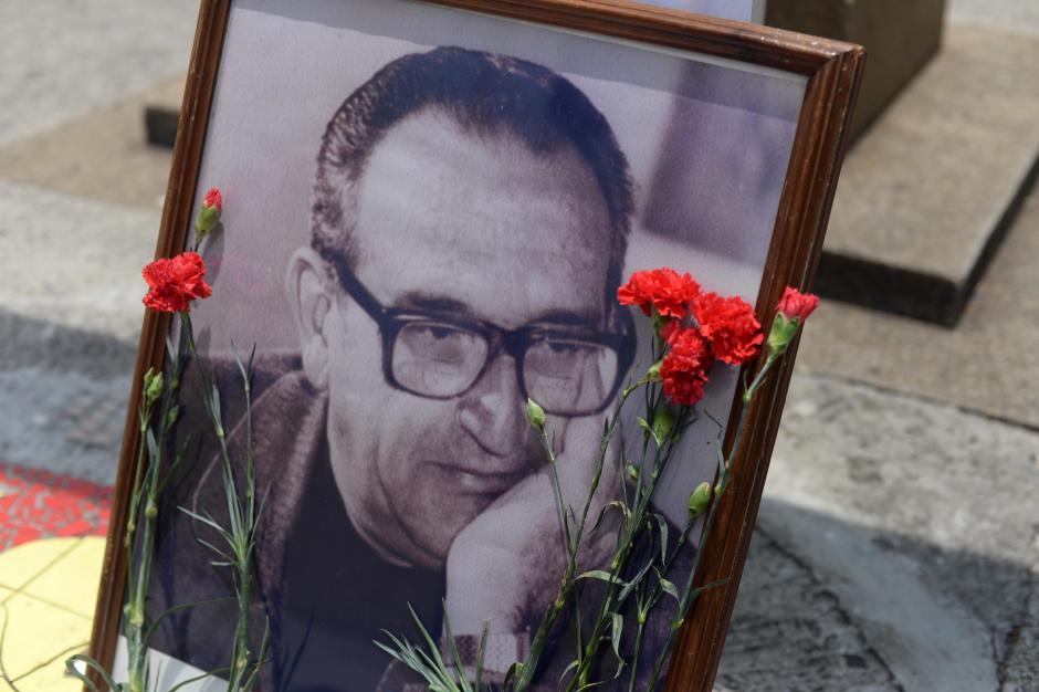 Claves rojos vistieron los recuerdos de Gerardi que fueron colocados en la Catedral Metroplitana. (Foto:Esteban Biba/Soy502)