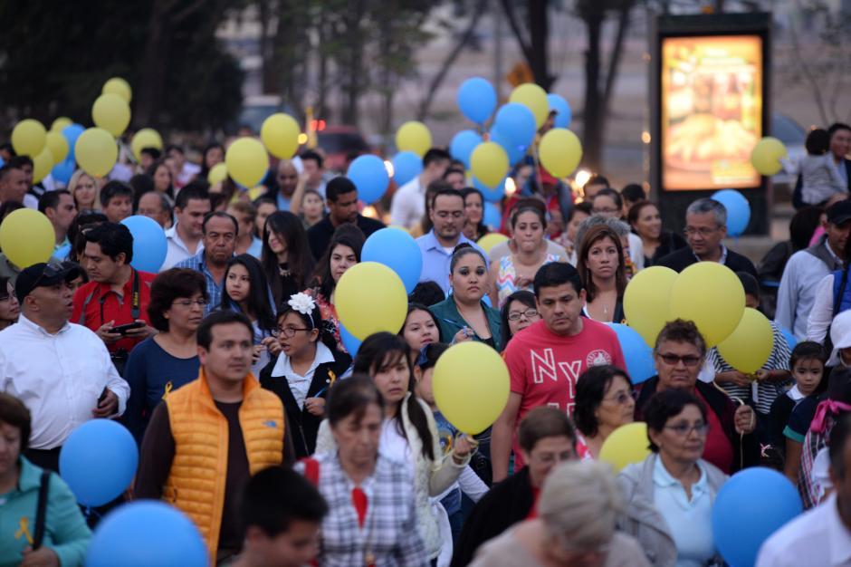 Cientos acompañaron a la marcha por todo Paseo Cayalá. (Foto: Esteban Biba/Soy502)