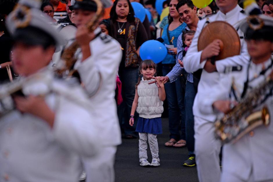 Niños y niñas acompañaron la marcha y enviaron mensajes para las víctimas de cáncer. (Foto: Esteban Biba/Soy502)