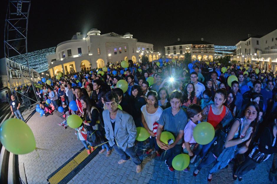 Cientos de personas abarrotaron la plaza del Paseo Cayalá. (Foto: Esteban Biba/Soy502)