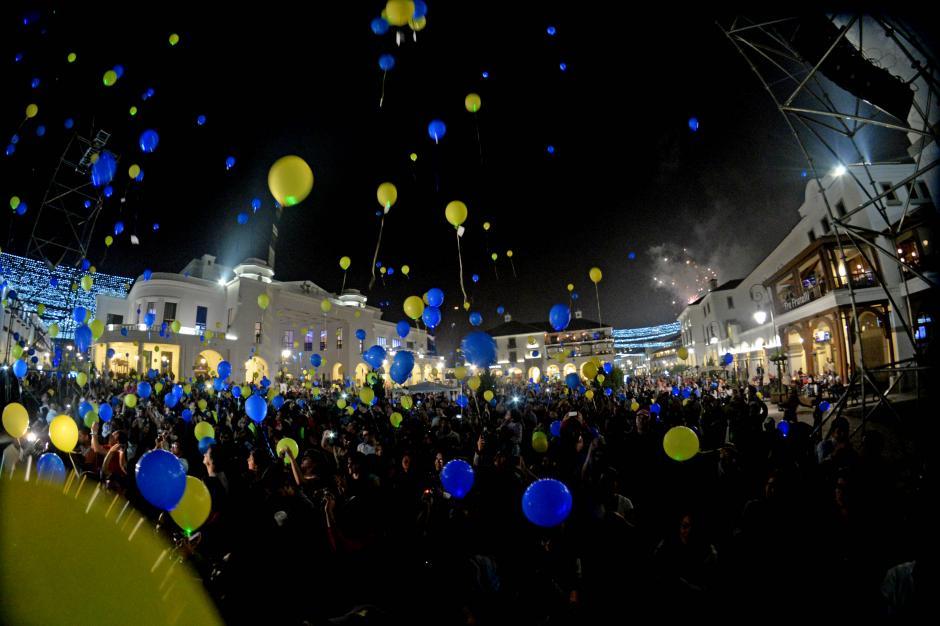 Los globos fueron soltados con música de fondo de la Orquesta Sinfónica del Conservatorio Nacional de Música. (Foto: Esteban Biba/Soy502)