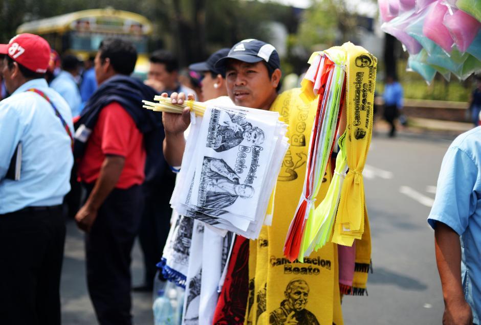 Los vendedores informales aprovecharon para ofrecer artículos conmemorativos de los dos nuevos Santos. (Foto: Esteban Biba/Soy502)