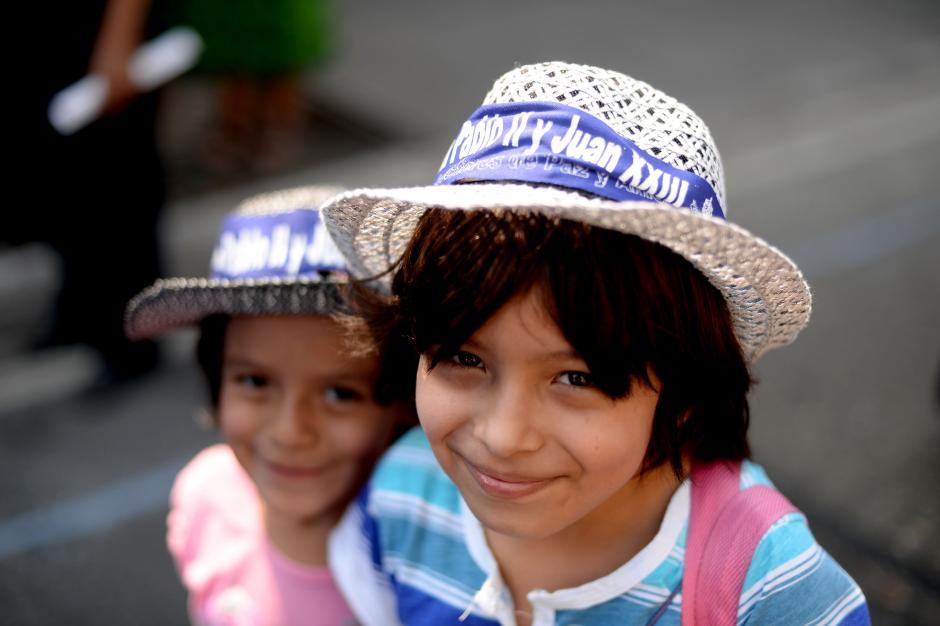 Los más pequeños compartieron su entusiasmo en la celebración de las canonizaciones. (Foto: Esteban Biba/Soy502)
