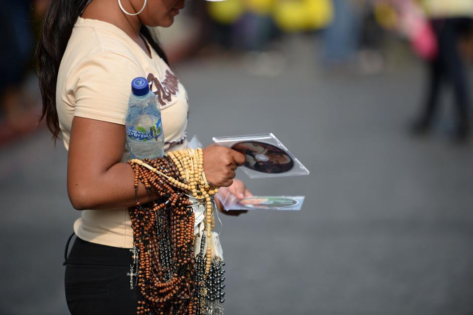 En las calles se vendían los documentales de la vida de los dos nuevos Santos. (Foto: Esteban Biba/Soy502)