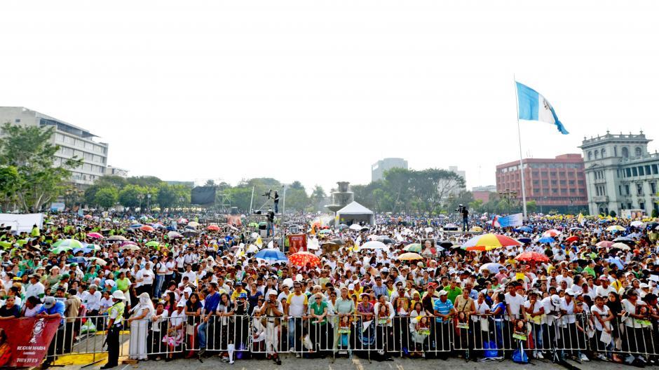 La Plaza de la Constitución lució repleta de feligreses. (Foto: Esteban Biba/Soy502)