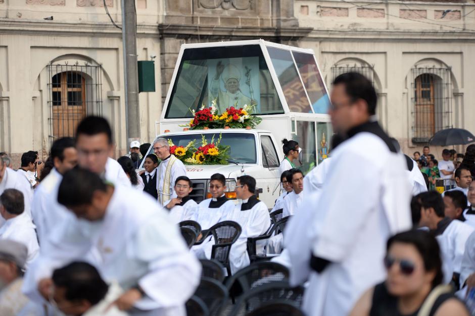 El Papa Móvil, donde se movilizó Juan Pablo II en Guatemala, fue llevado simbólicamente hasta el Colegio de Infantes. (Foto: Esteban BIba/Soy502)
