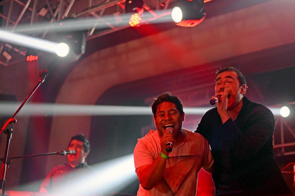 """Pablo Cristiani, de los Miseria Cumbia Band y Francisco Páez, de los Malacates Trebol Shop cantaron juntos """"Ni un Centavo"""". (Foto: Esteban Biba/Soy502)"""