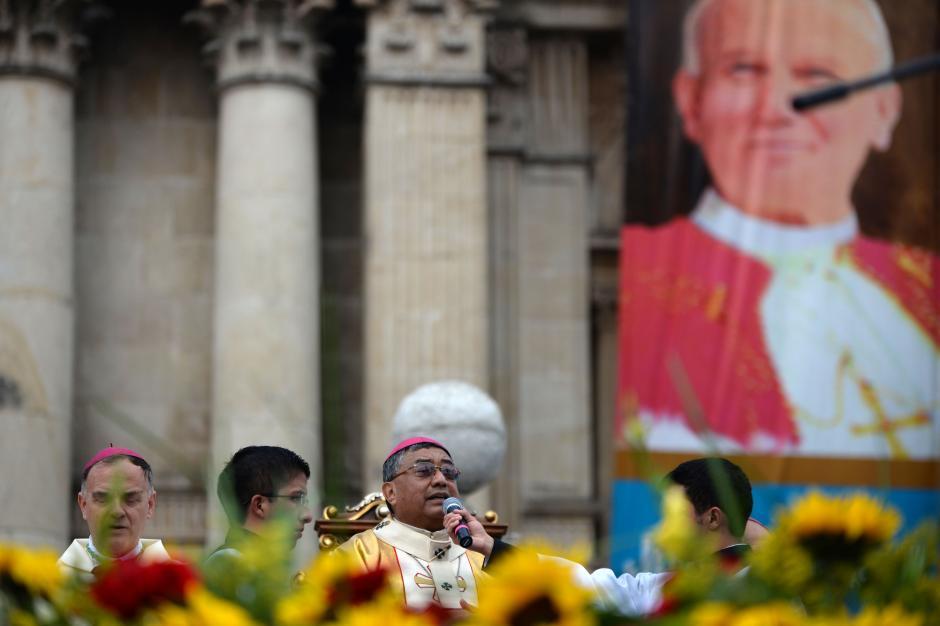El Arzobispo Metropolitano dirigió la homilía frente a la Catedral. (Foto: Esteban BIba/Soy502)