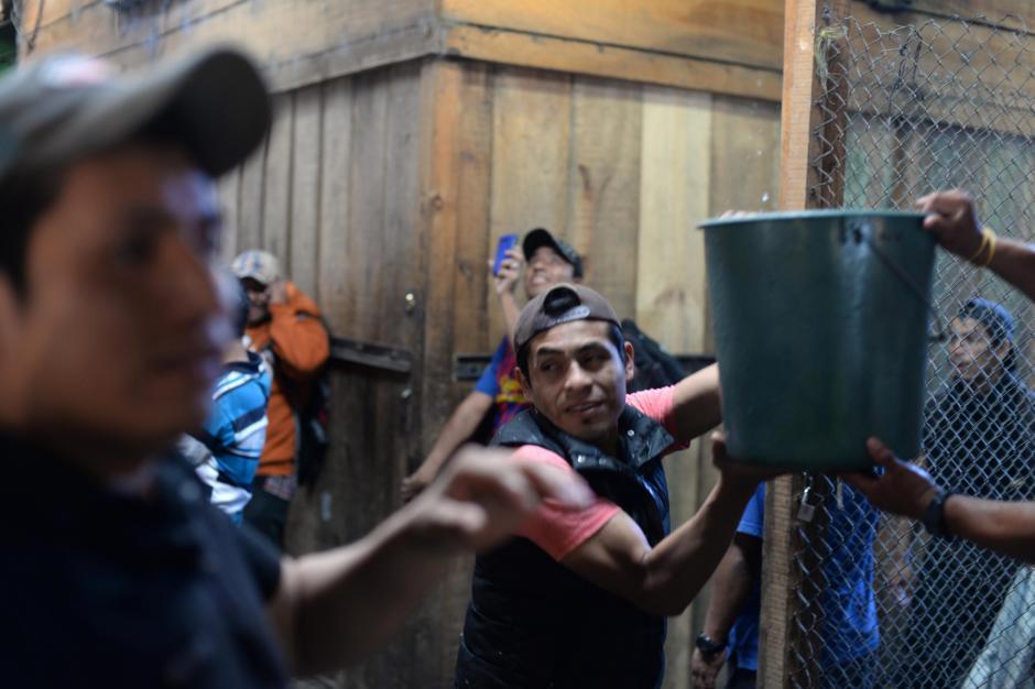 Los vendedores de La Terminal vieron cómo el fuego consumía sus pertenencias. (Foto: Esteban Biba/Soy502)