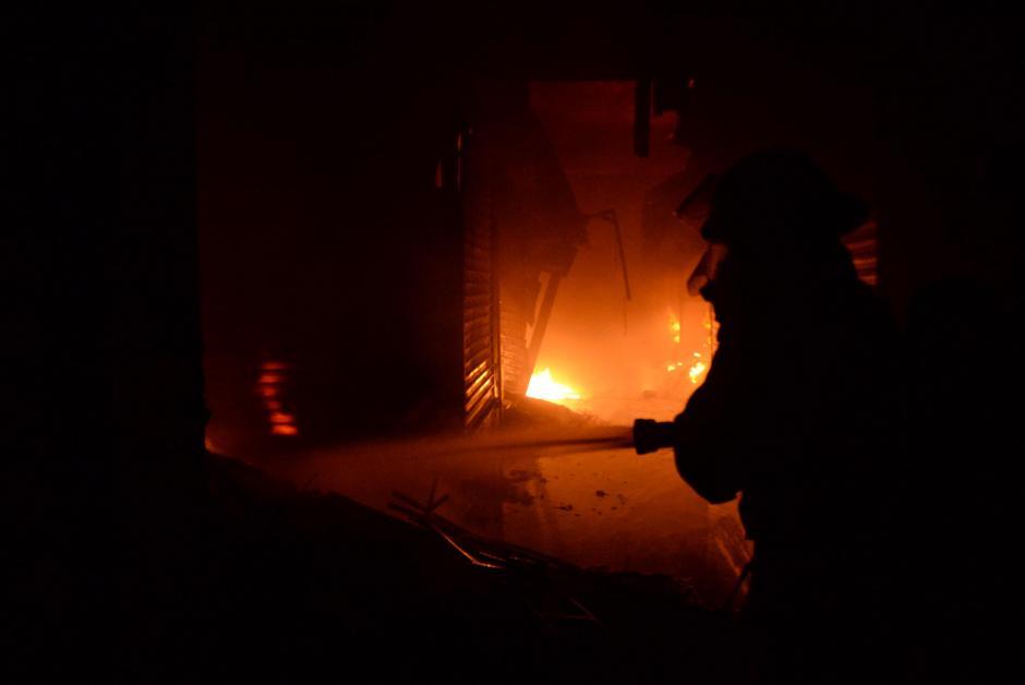 Los bomberos, héroes que se juegan la vida tratando de sofocar el incendio de La Terminal, uno de los más grandes de los últimos años. (Foto: Esteban Boba/Soy502)