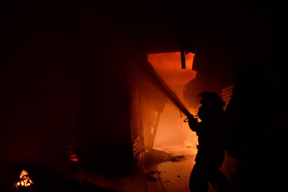 Bomberos luchan en el interior del Mercado La Terminal, en la zona 4. (Foto: Esteban Biba/Soy502)