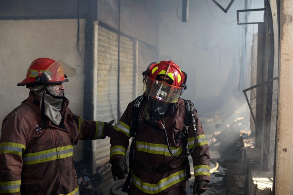 La colaboración es fundamental en el trabajo de los bomberos. (Foto: Esteban Biba/Soy502)