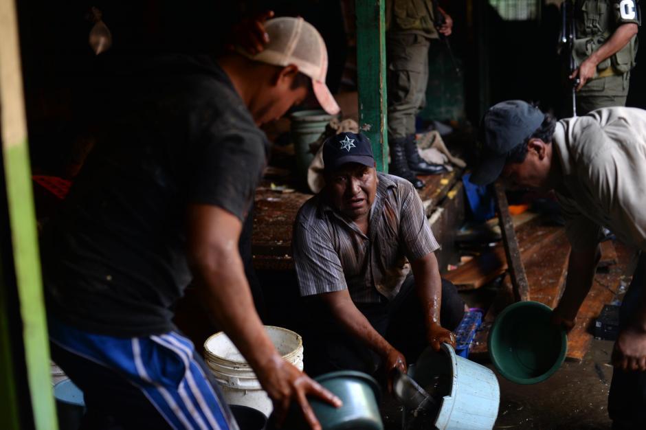 En todo lo que encontraban, los vendedores de La Terminal corrían con agua para apoyar la labor de los bomberos.(Foto: Esteban Biba/ Soy502)