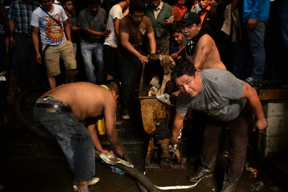 Lo poco que se podía rescatar fue puesto a resguardo por los vendedores. (Foto: Esteban Biba/Soy502)