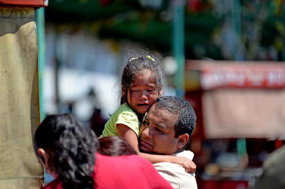 El dolor en el rostro de esta niña es evidente, al ver a sus padres quienes lo perdieron todo en el incendio. (Foto: Esteban Biba/Soy502)