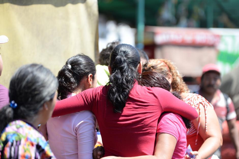 Entre los inquilinos se consolaron tras las pérdidas. (Foto: Esteban Biba/Soy502)