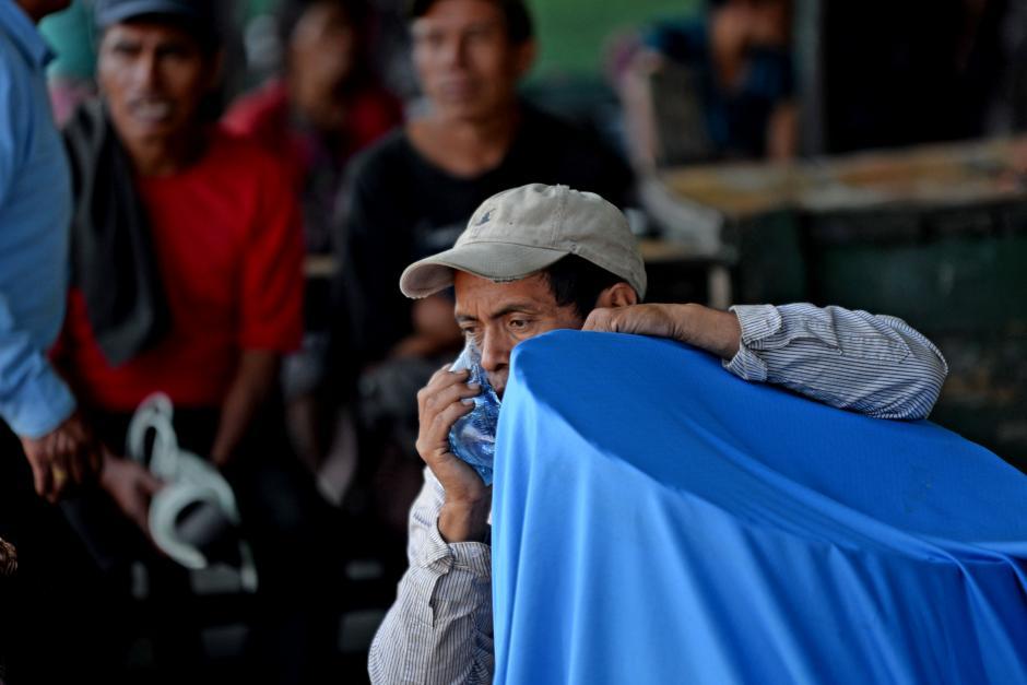 Algunos vendedores no creen la magnitud del siniestro. (Foto: Esteban Biba/Soy502)