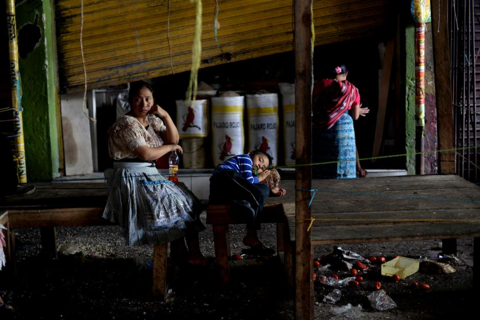 Esta familia de vendedores no pudieron rescatar nada de su puesto. (Foto: Esteban Biba/Soy502)