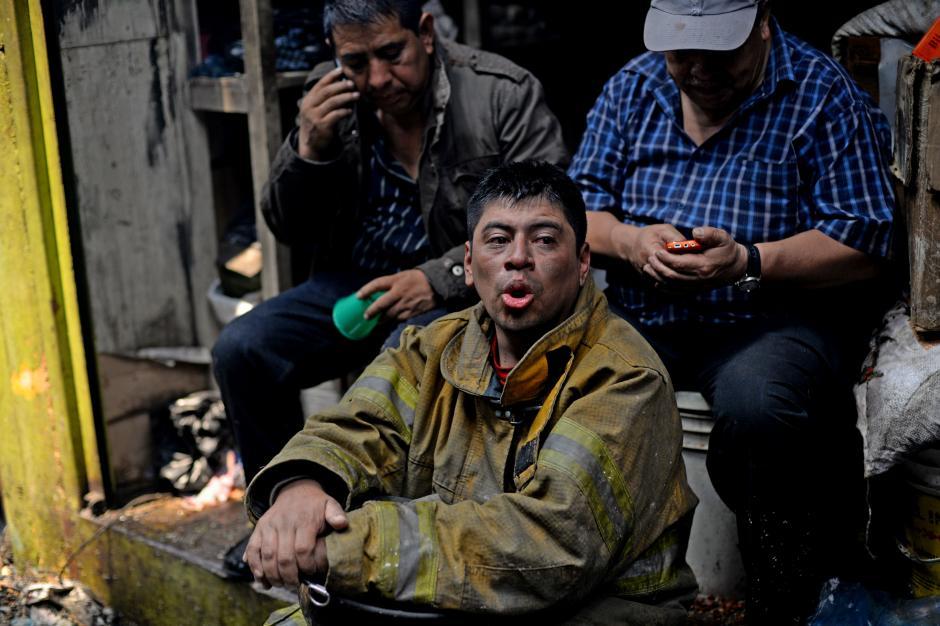 La labor se dificultó por el material tóxico en llamas en toda La Terminal. (Foto: Esteban Biba/Soy502)