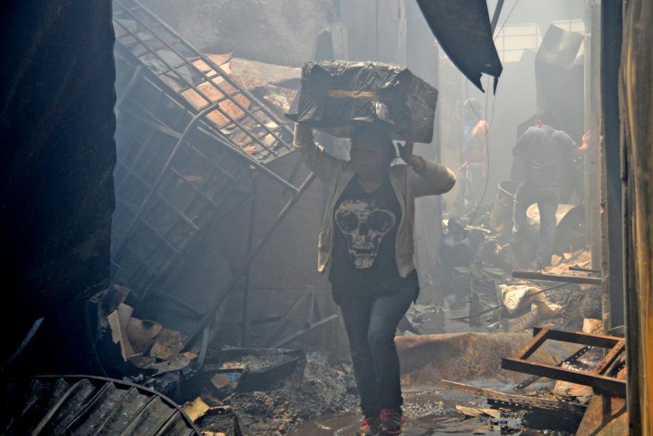 Los vendedores se arriesgaron a estar entre los escombros para rescatar sus pocas pertenencias. (Foto: Esteban Biba/Soy502)
