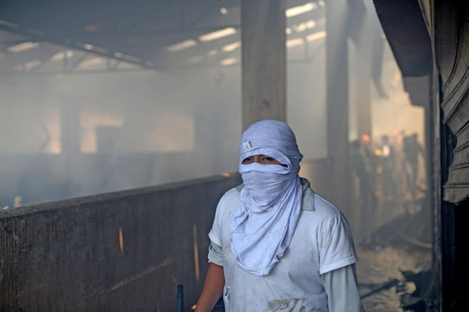 Por horas los vendedores ayudaron a los bomberos en los pequeños indendios y en los escombros. (Foto: Esteban Biba/Soy502)